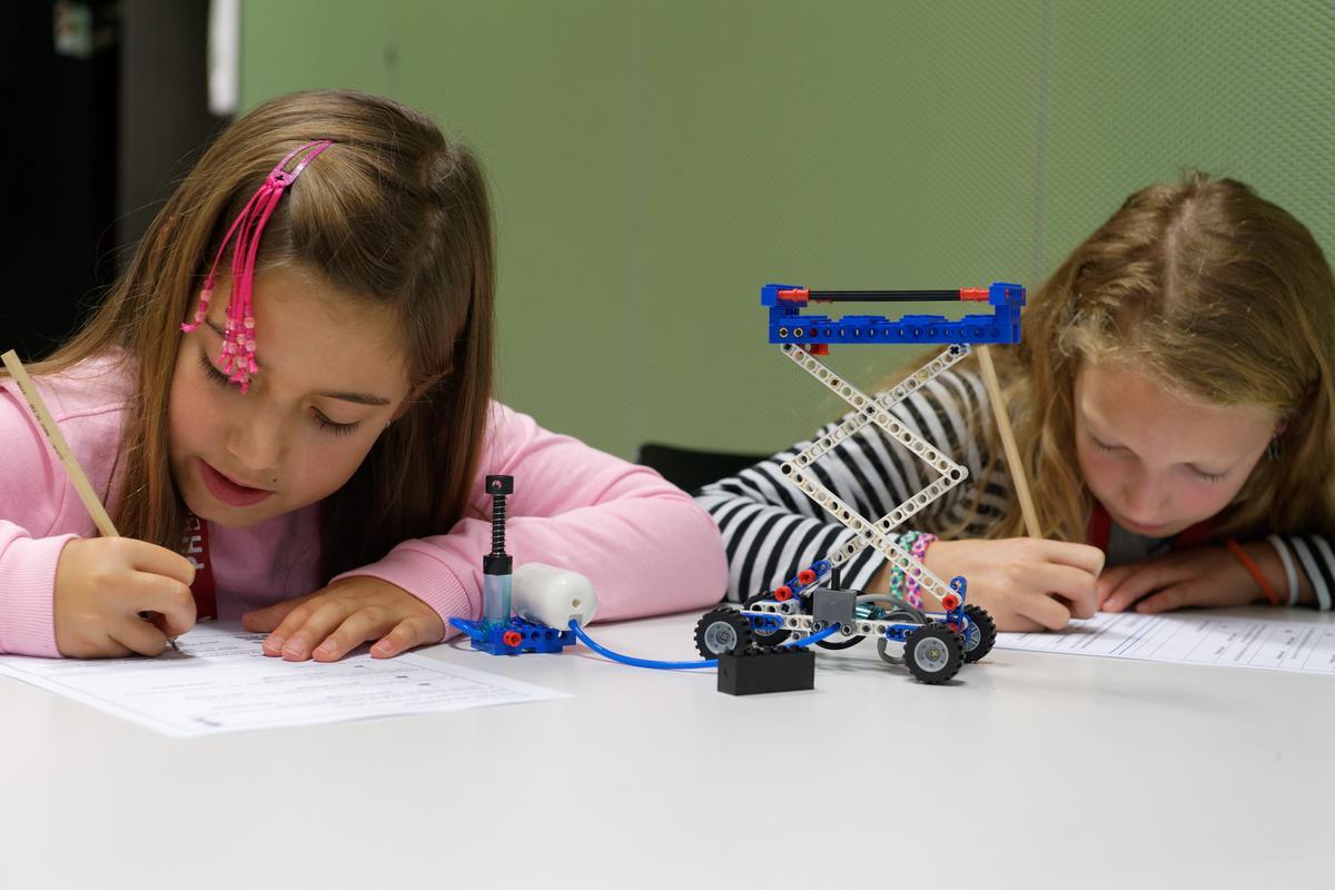 Schülerinnen beim Protokollieren ihrer Beobachtungen (Foto: MIT)